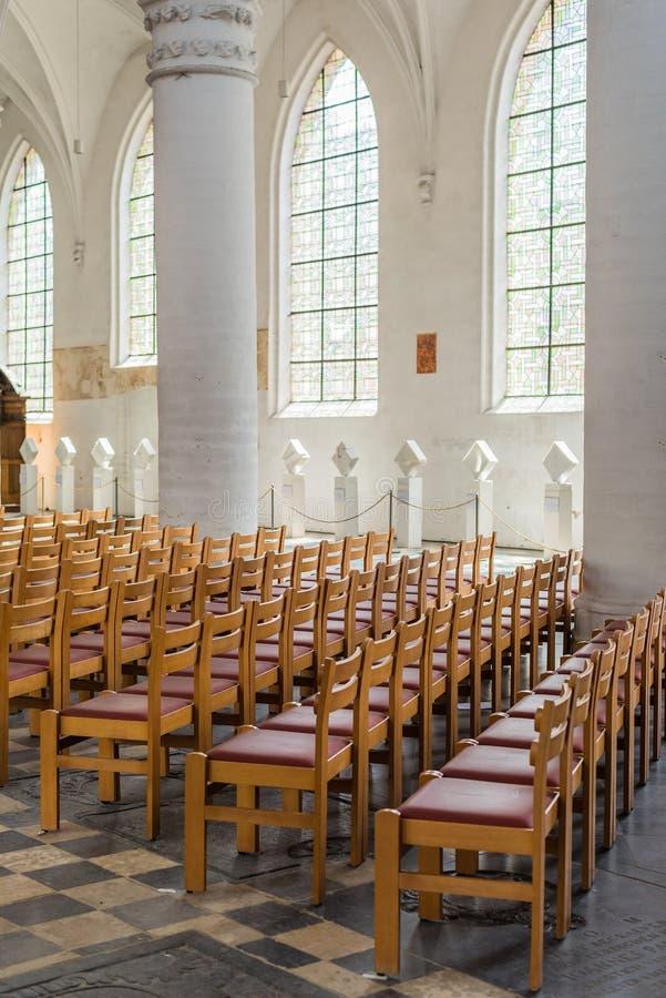 Sillas en el interior ligero de la iglesia fotos de archivo