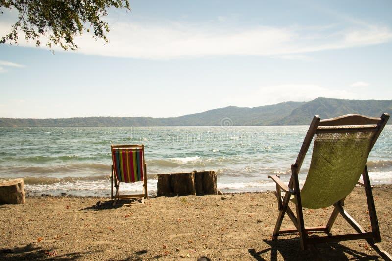 Sillas en la orilla del lago Apoyo cerca de Granada, Nicaragua imágenes de archivo libres de regalías