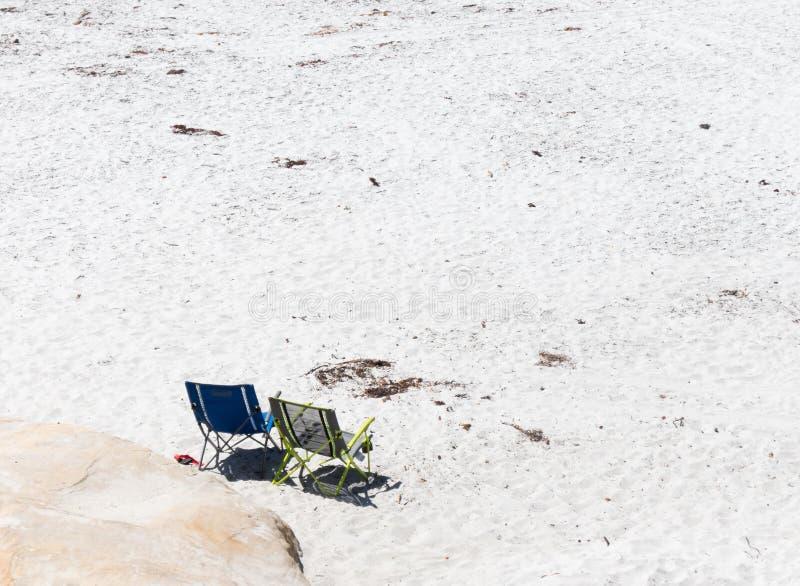 Sillas en la playa imagen de archivo