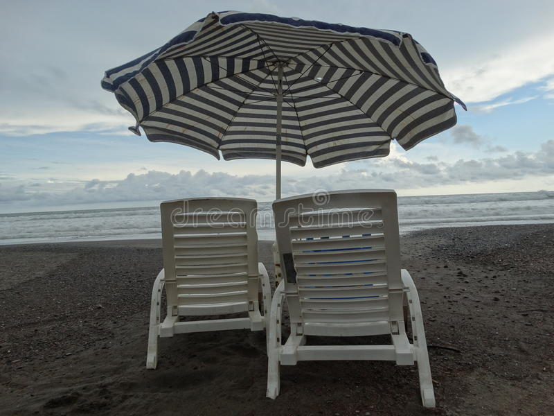 Sillas en la playa stock image