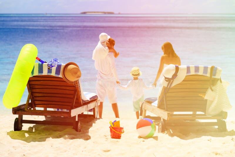 Sillas en la playa tropical, vacaciones de la playa de la familia foto de archivo libre de regalías