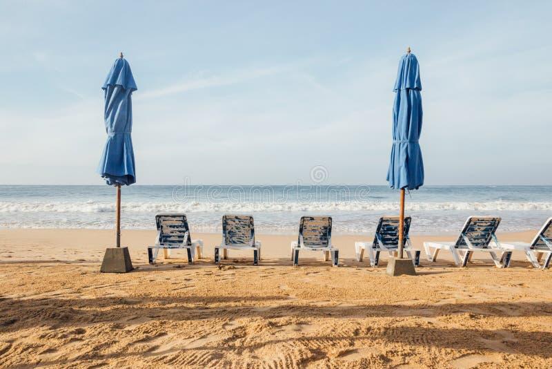 Sillas en la playa vac?a imágenes de archivo libres de regalías