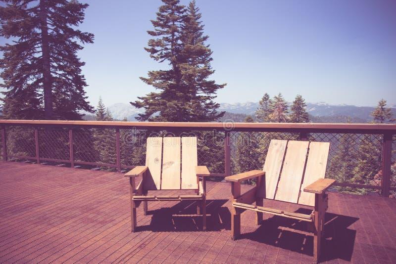 Sillas en Mountain View de la cubierta imágenes de archivo libres de regalías