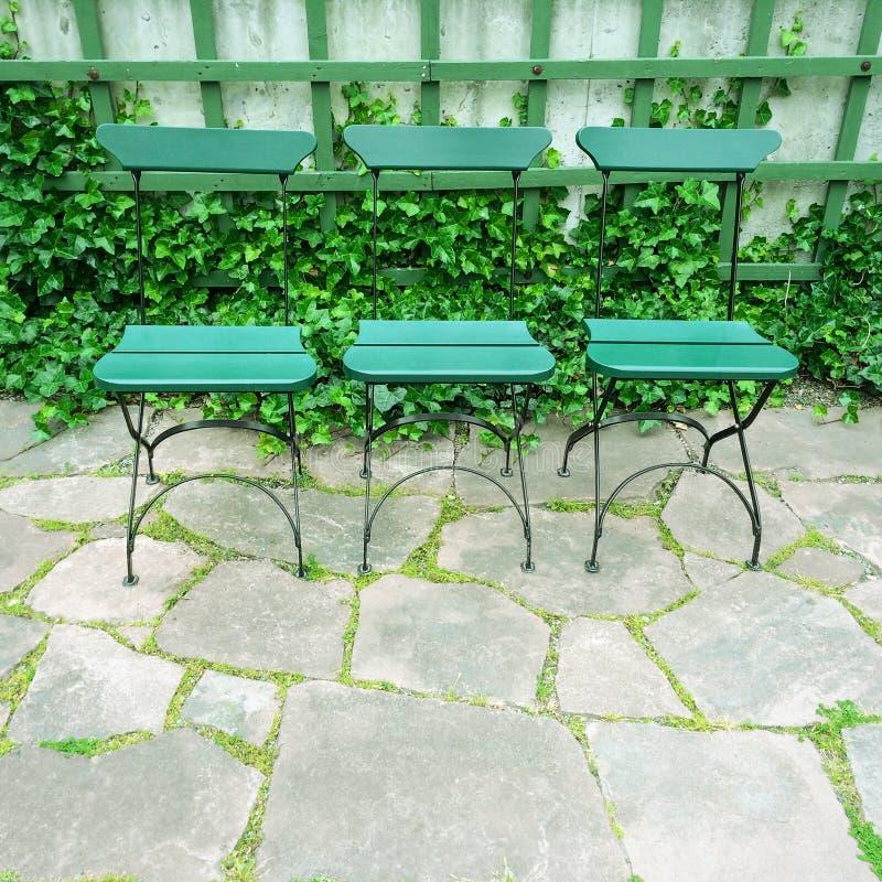 Sillas verdes en jardín del verano imagen de archivo