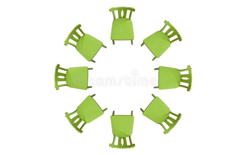 Sillas verdes en un círculo en un fondo blanco Fondo aislador stock de ilustración