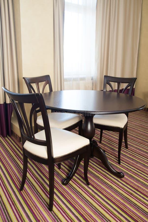 Sillas y muebles de la tabla ci rrese para arriba de la mesa redonda con los vidrios y la - Mesa redonda con sillas ...