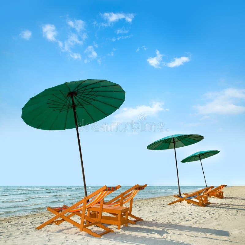 Download Sillas Y Paraguas De Playa En La Playa Imagen de archivo - Imagen de chaise, contexto: 42430681