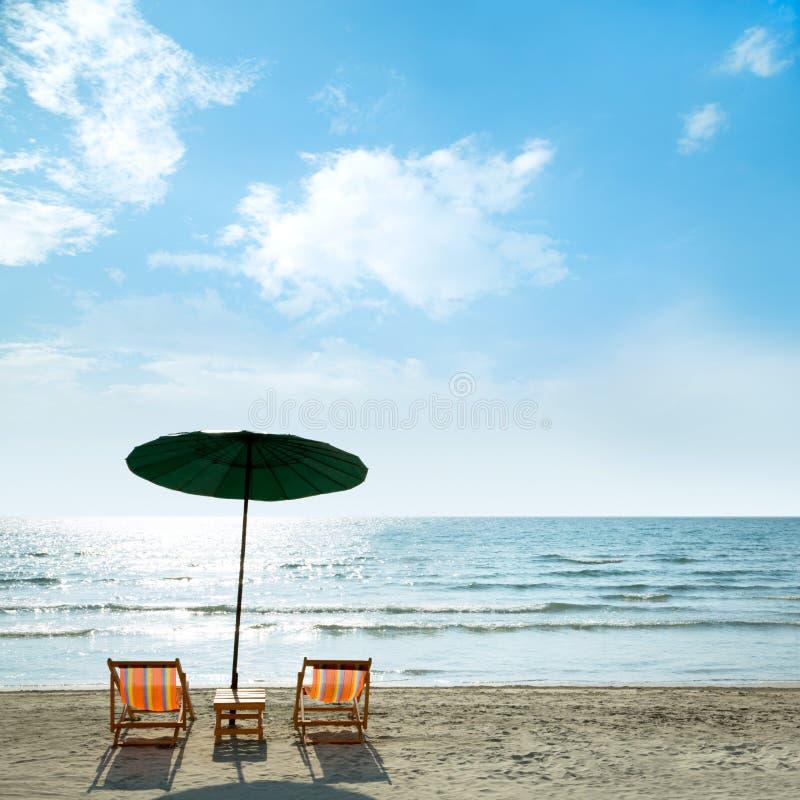 Download Sillas Y Paraguas De Playa En La Playa Imagen de archivo - Imagen de dicha, cubierta: 42430683