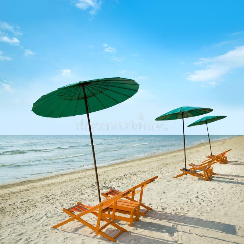 Download Sillas Y Paraguas De Playa En La Playa Imagen de archivo - Imagen de paisaje, salón: 42430823