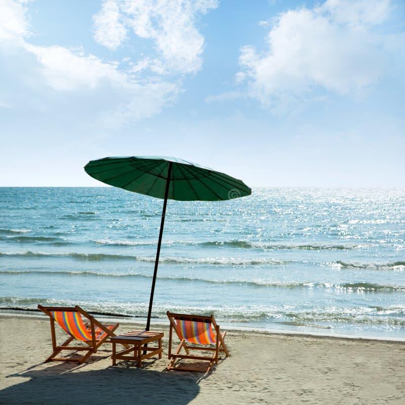 Download Sillas Y Paraguas De Playa En La Playa Foto de archivo - Imagen de pendiente, copia: 42430824
