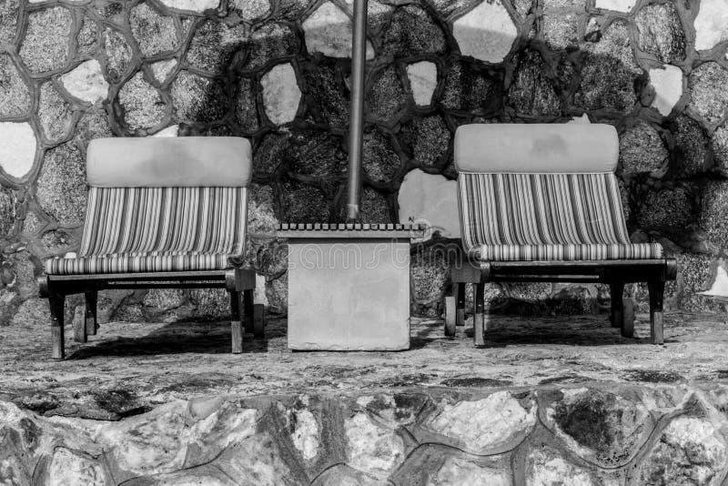 Sillas y paraguas en la playa tropical imponente foto de archivo libre de regalías