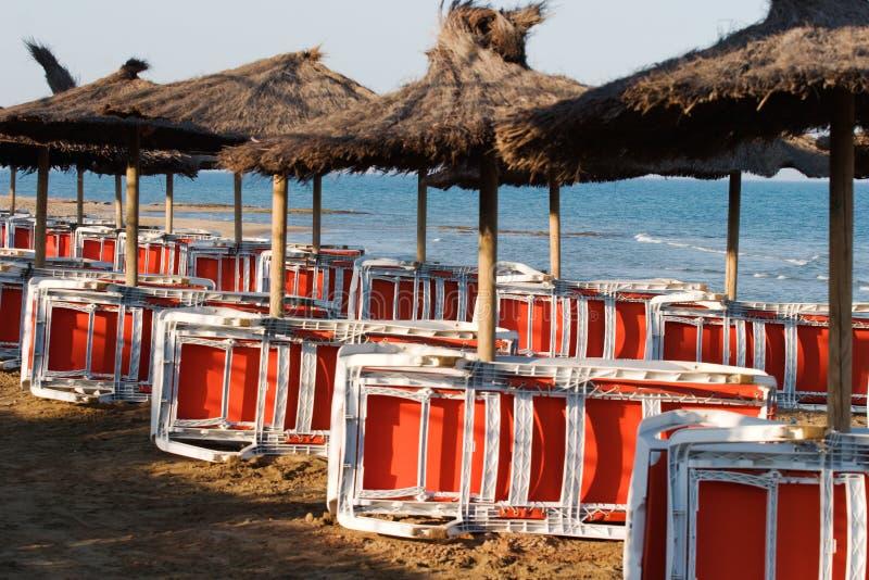 Sillas y parasoles de playa fotos de archivo