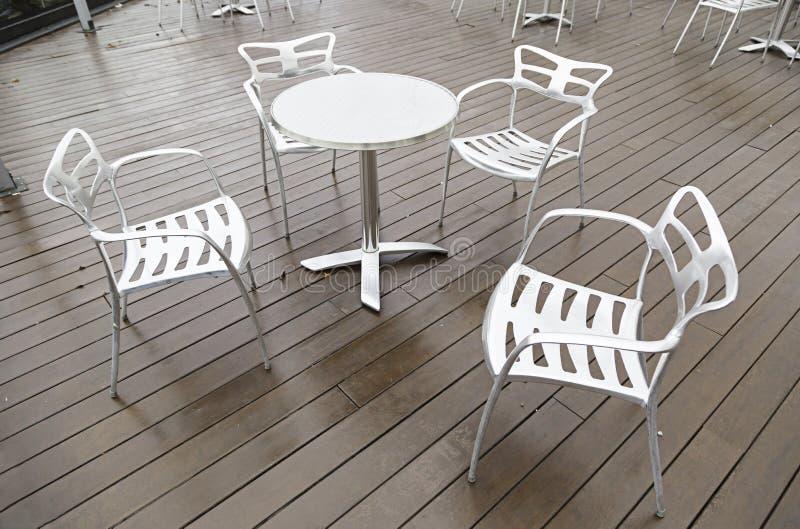 Sillas y tabla del metal en una terraza fotos de archivo