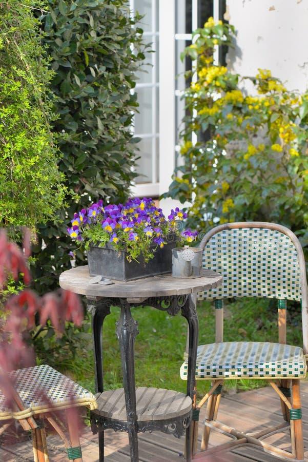 Tabla Y Sillas De Madera En Un Jardín Ornamental Foto De