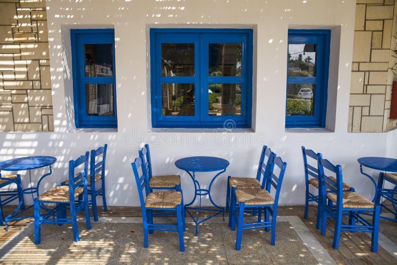 Sillas y tablas azules en el restaurante Un lugar a comer en la costa imagen de archivo