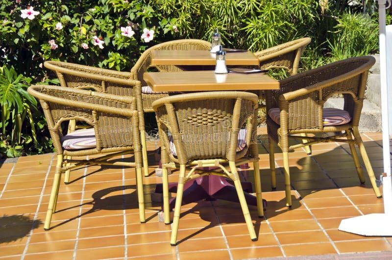 Sillas y tablas en caffe del centro turístico foto de archivo libre de regalías