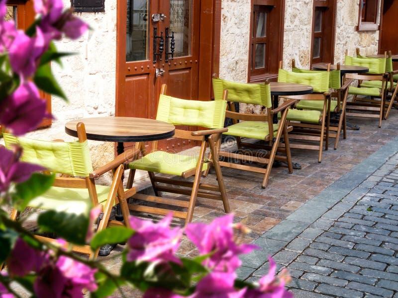 sillas y tablas vacías en la calle fotos de archivo libres de regalías