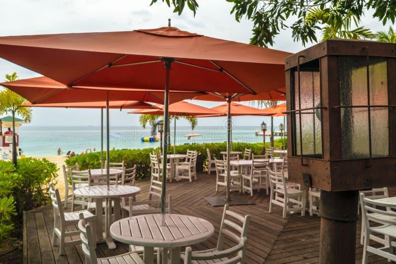 Sillas y tablas vacías en una terraza del restaurante imagen de archivo