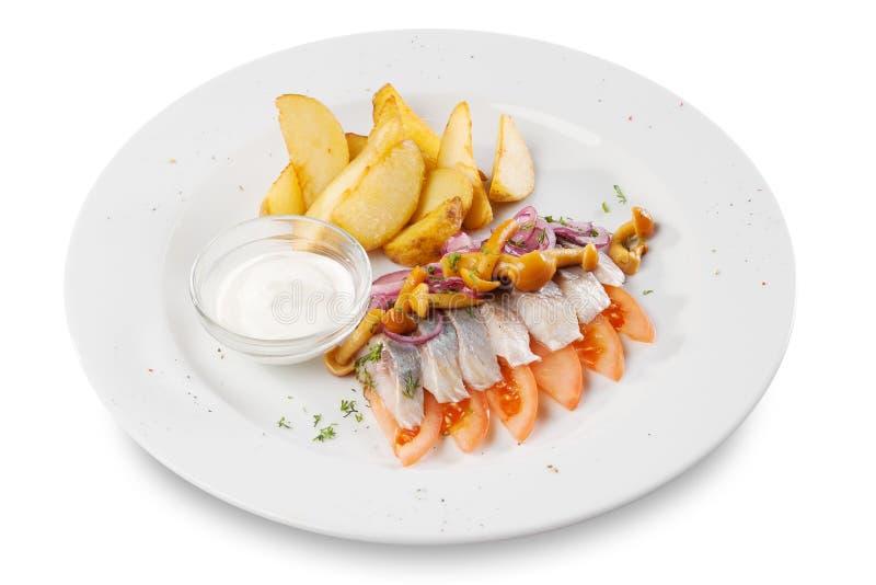 Sillfiskfiléer med potatisen royaltyfria bilder