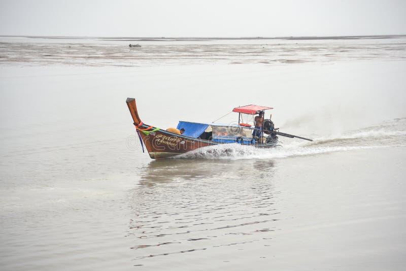 Sillhouette del crogiolo di coda lunga che naviga esperienza di mare delle Andamane da Phi Phi Islands alla spiaggia di Railay fotografia stock libera da diritti