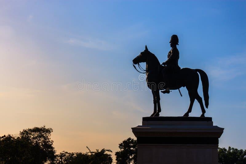 Sillhouette von Statue Königs Rama V in Thailand lizenzfreie stockfotos