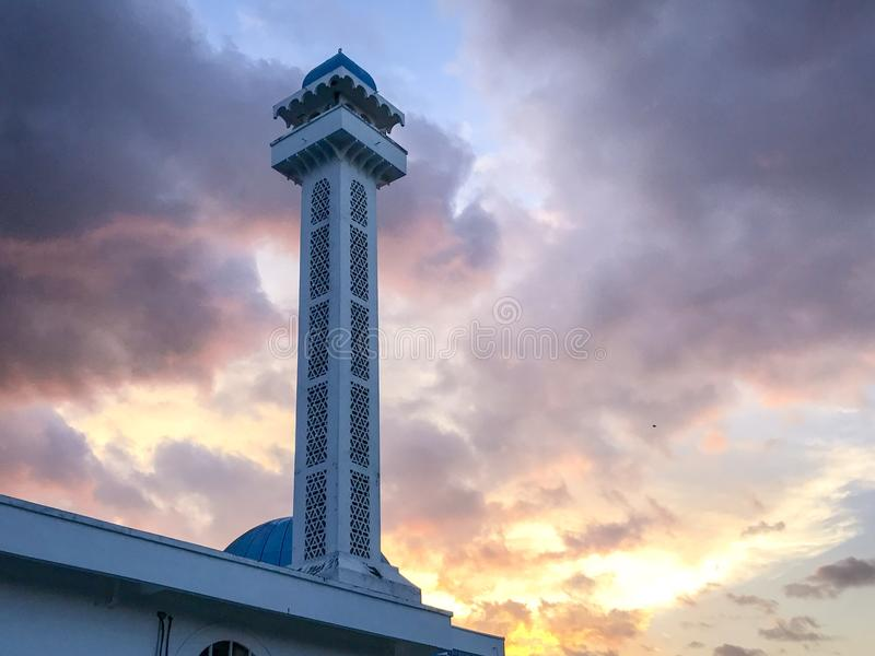 Sillohuette da nuvem do Islã do por do sol do minarete imagem de stock royalty free