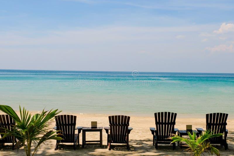Sillones con el paraguas de sol en una playa Sun del tiempo de verano en el cielo y la arena de la relajación de la playa ajardin foto de archivo