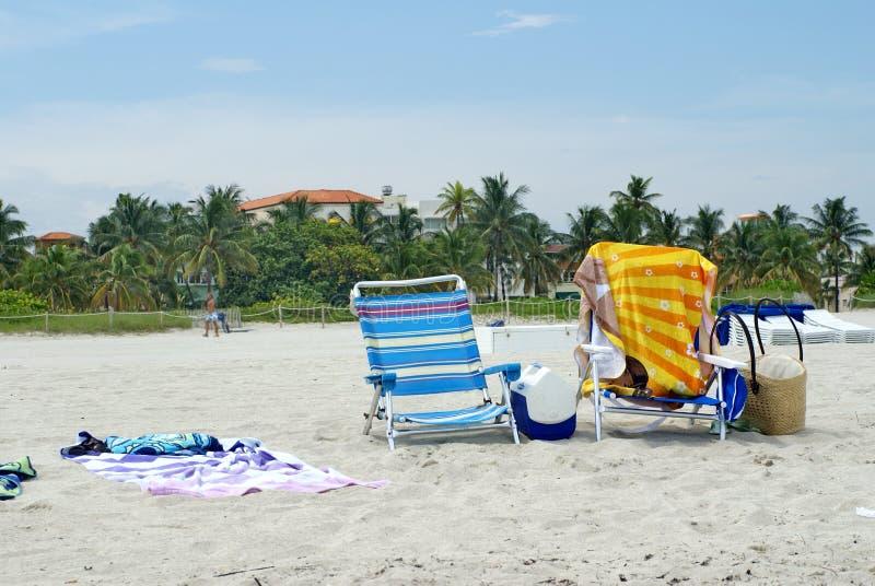 Sillones en la playa fotos de archivo
