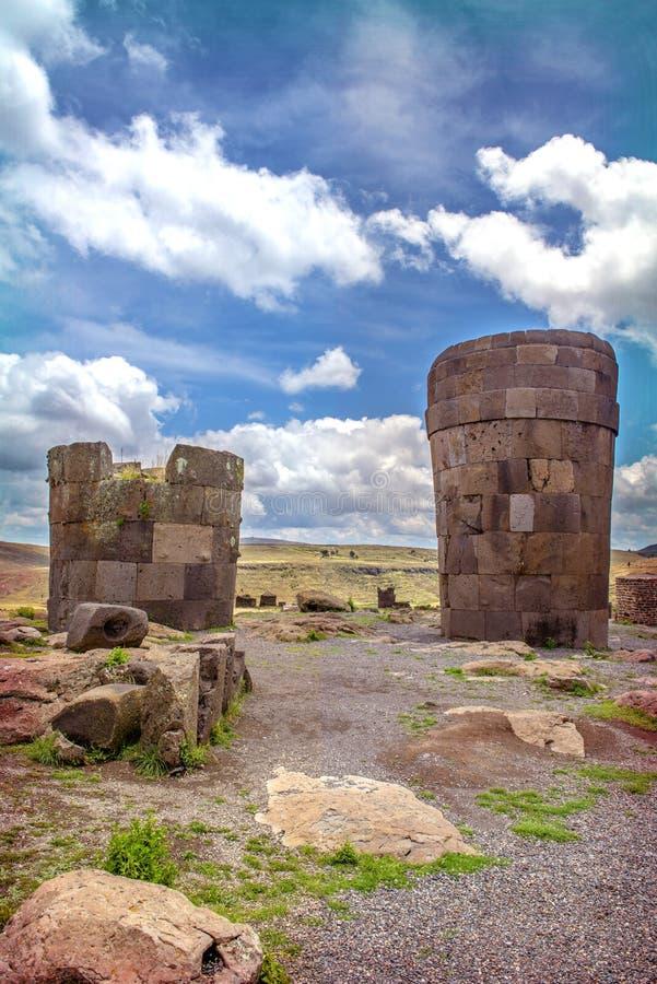 Sillustani - pre-Incan gravplats (gravvalv) på kusterna av La arkivbilder