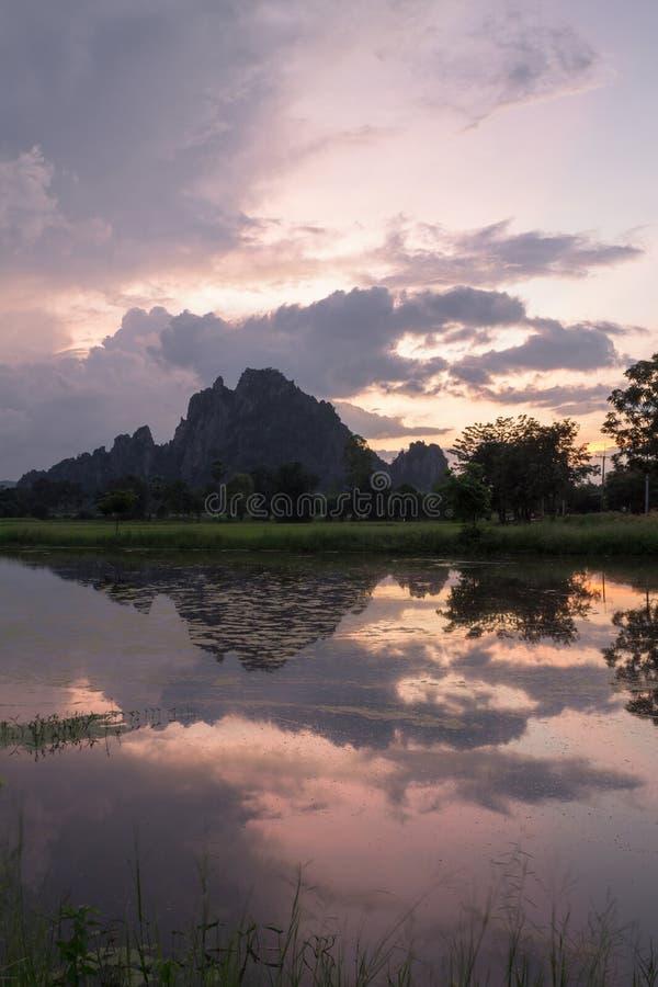 Sillutte da montanha da paisagem no twillight foto de stock royalty free