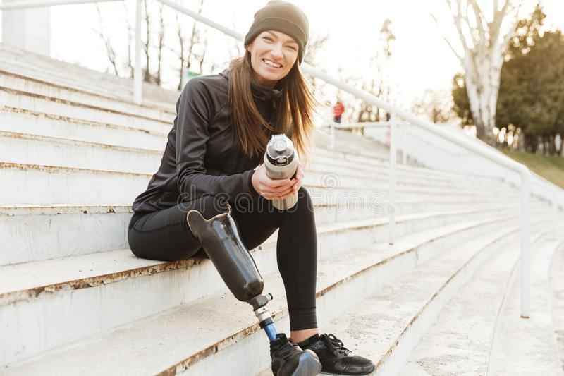 Silna determinować niepełnosprawna kobieta w czarnym tracksuit z prosthet zdjęcia royalty free
