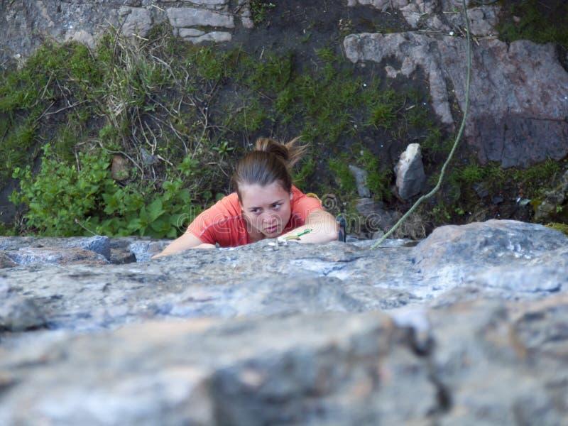 Download Silna Dziewczyna Wspina Się Górę Zdjęcie Stock - Obraz złożonej z arkana, sporty: 53789168