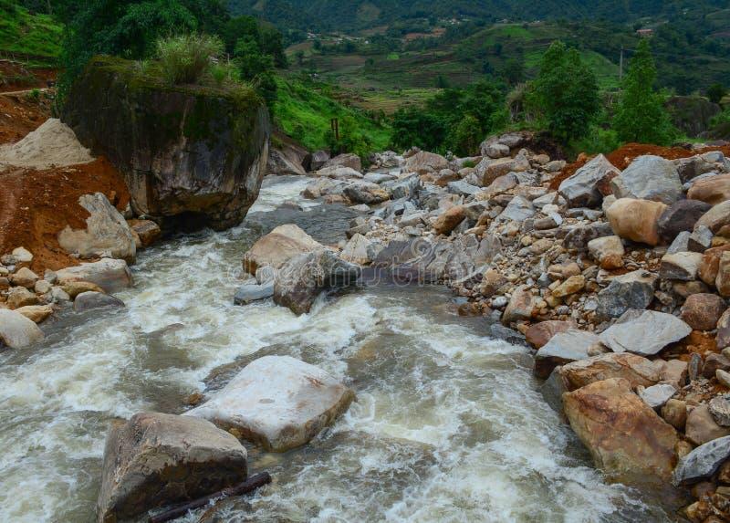 Silna i niebezpieczeństwo zimna bieżąca rzeka zdjęcia royalty free
