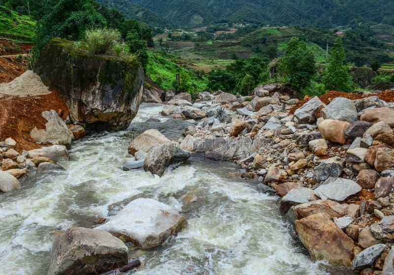 Silna i niebezpieczeństwo zimna bieżąca woda rzeczna obraz stock