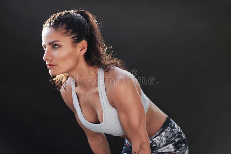 Silna kobieta z mięśniowym ciałem zdjęcia royalty free