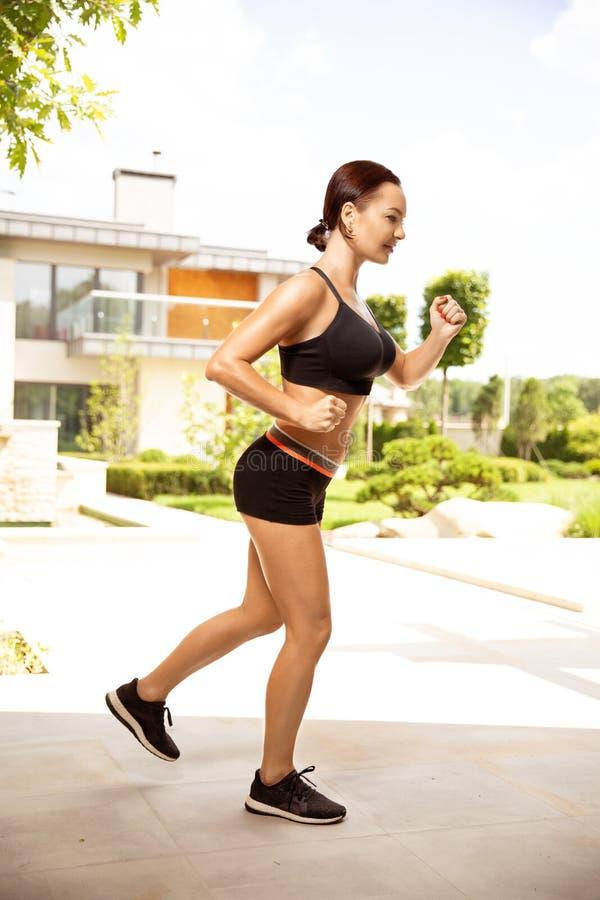 Silna piękna sporty kobieta robi treningowi plenerowemu Kobieta, sport, zdrowie, styl życia pojęcie fotografia royalty free