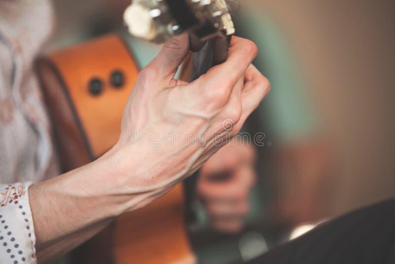 Silne ręki gitara gracz zdjęcia stock