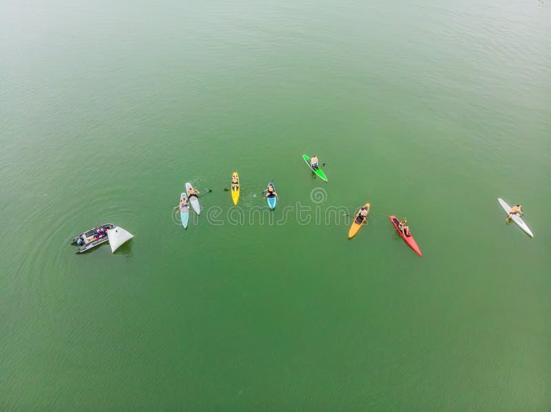 Silni mężczyźni unosi się na SUP wsiadają w pięknej zatoce na słonecznym dniu Widok z lotu ptaka mężczyźni krzyżuje zatoki używać obraz royalty free