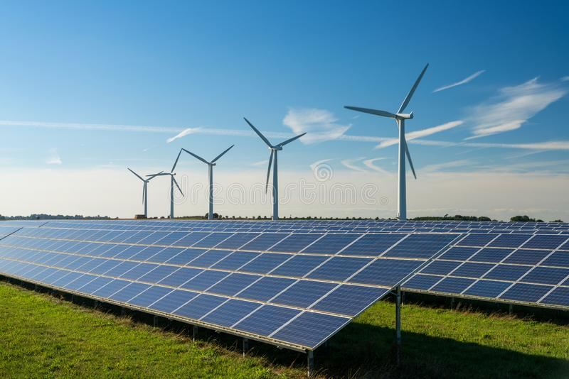 Silników wiatrowych energetyczni generaters na farmie wiatrowej fotografia royalty free