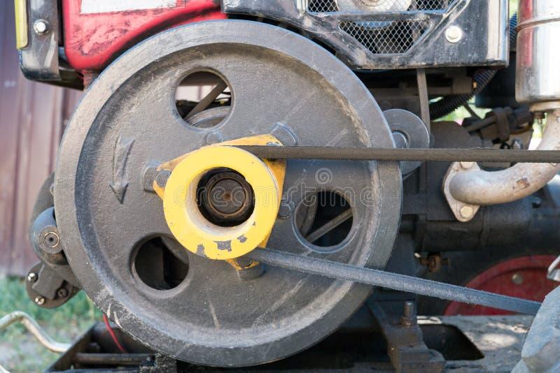 Silnik używać mini ciągnik: czarny pasek i pulley zdjęcia royalty free