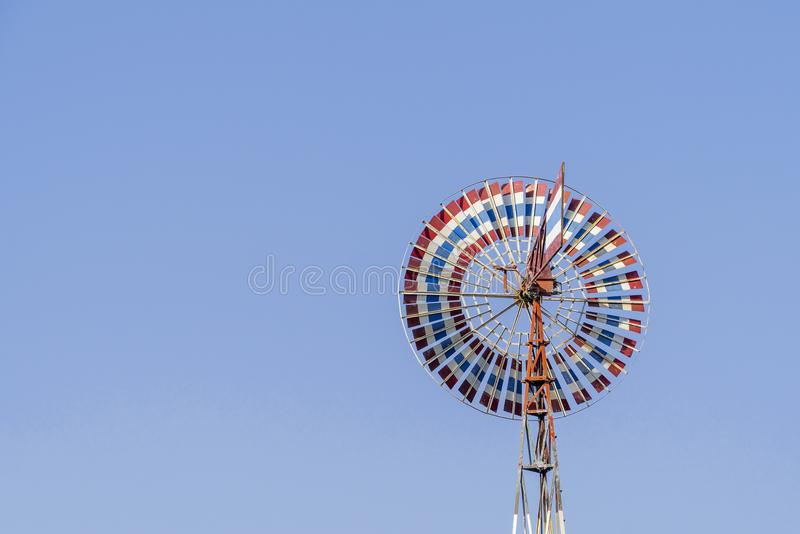Silnik wiatrowy czerwień, biel, błękitny stary z niebieskim niebem i kolor zdjęcia stock