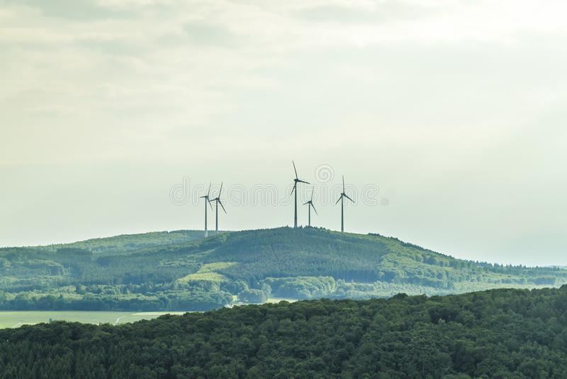 Silnik wiatrowy energii odnawialnej źródła lata krajobraz z jasnym zdjęcie stock