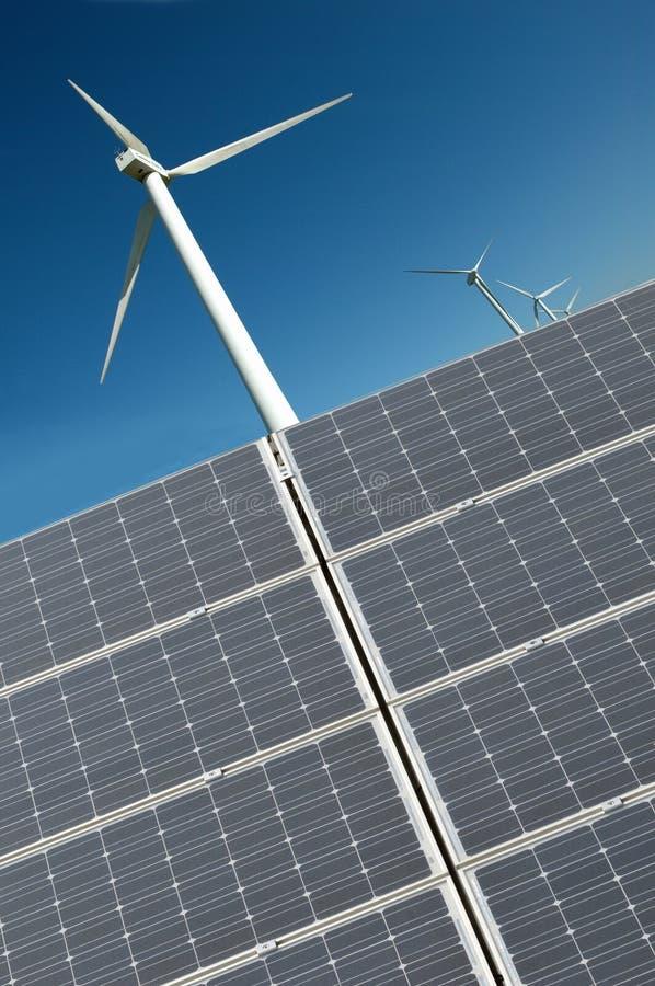 Silnik wiatrowy i panel słoneczny w zakończeniu w górę fotografia stock