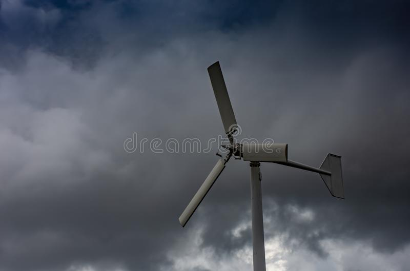 Silnik wiatrowy i zmrok chmury przy uderzeniem Poo, Samut Prakan zdjęcia royalty free