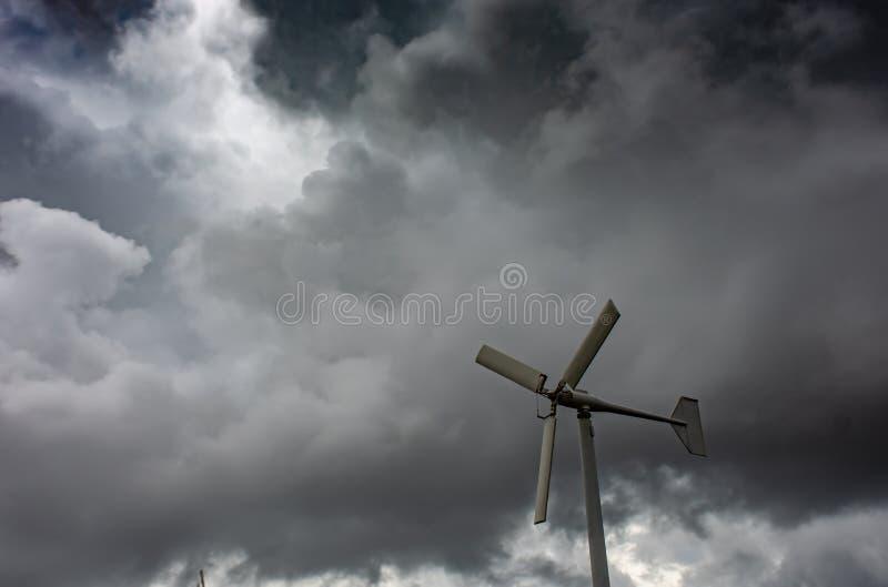 Silnik wiatrowy i zmrok chmury przy uderzeniem Poo, Samut Prakan fotografia stock