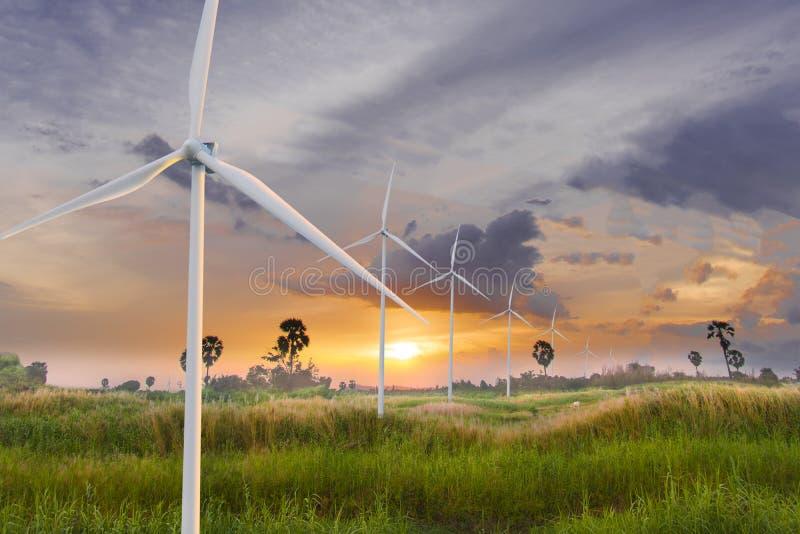 Silnik wiatrowy lub siła wiatru Tłumaczący w elektryczność, ochrona środowiska Robimy światowi gorący zdjęcie royalty free