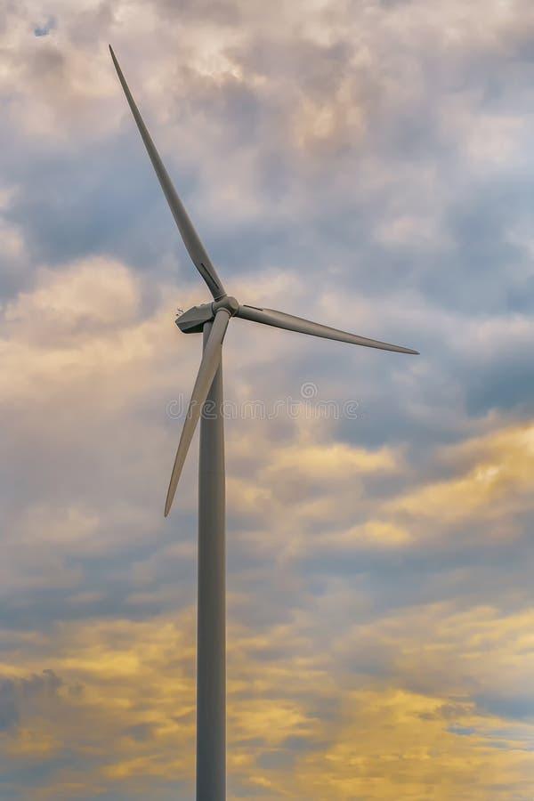 Silnik Wiatrowy na Chmurnym dniu obrazy stock