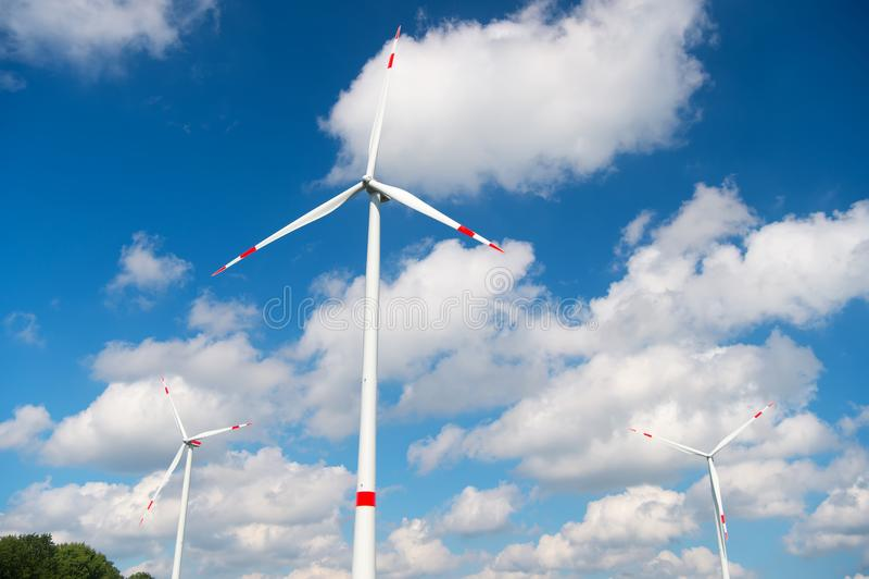 Silnik wiatrowy na chmurnym niebieskim niebie Alternatywna energia i elektryczności źródło globalne ocieplenie zmiana klimatu i e obraz stock
