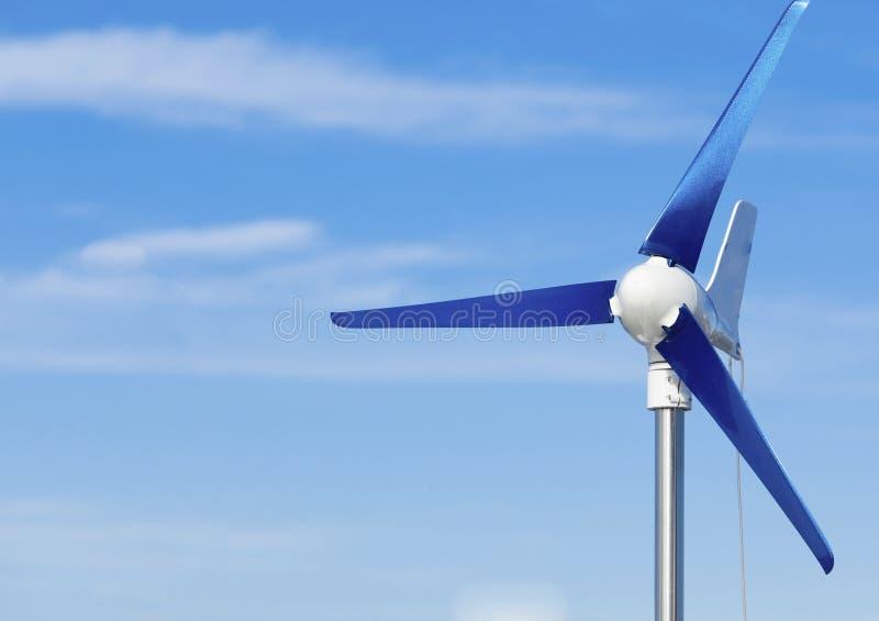 Silnik wiatrowy produkujący alternatywnej energii odnawialną władzę na niebieskim niebie obraz royalty free