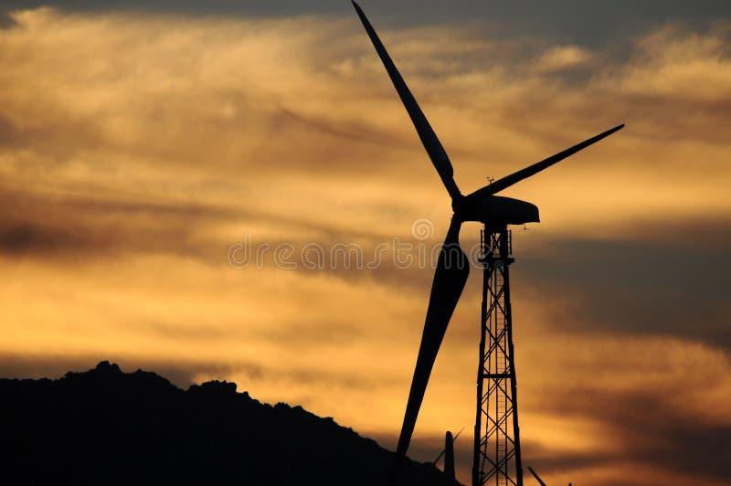 Download Silnik wiatrowy sylwetka zdjęcie stock. Obraz złożonej z maszt - 28953154